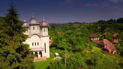 VIDEO - Alun, Hunedoara, sătucul al cărui case au fundațiile mai valoroase decât vilele de lux