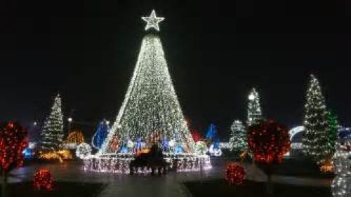 Luminiţele de sărbători se aprind de sâmbătă seara în sectorul 4