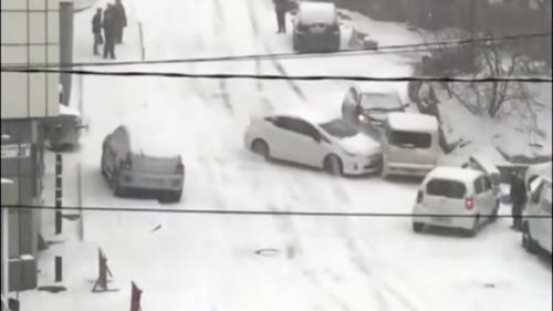 VIDEO - În Rusia, cu siguranță iarna nu-i ca vara. Șoferii din Vladivostok, prinși pe picior greșit
