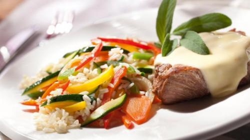 Reteta zilei: Ceafă de porc cu brânză și orez cu legume
