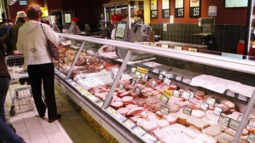 Carne expirată de trei ani şi brânză mucegăită, la un magazin şi la un fast-food din Sectorul 4
