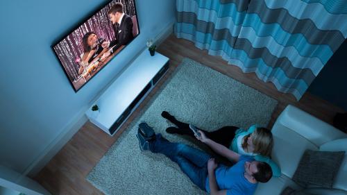 Românii, între televizor, YouTube sau Facebook