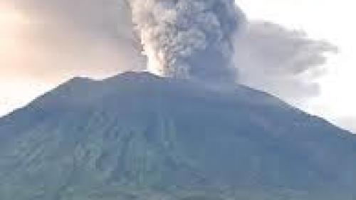 Vulcanul Agung continuă să expulzeze cenușă, fără să afecteze aeroportul Bali