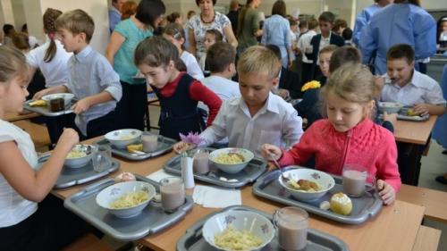 Executivul a hotărât o masă caldă pentru elevii din 50 de unităţi şcolare în anul şcolar în curs