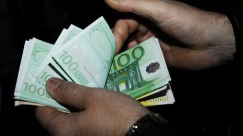 Cadru didactic prins în timp ce primea 400 de euro pentru a transfera un elev