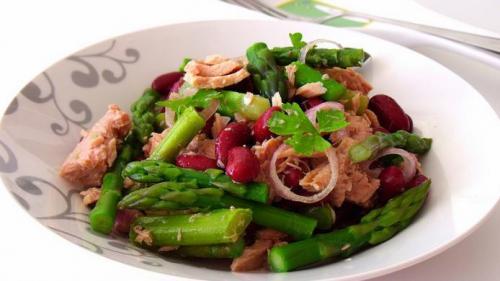 Reteta zilei: Salată cu ton și sparanghel