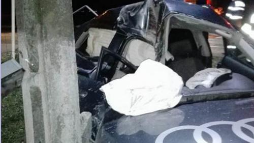 Un adolescent se află în comă după ce a intrat cu mașina într-un stâlp