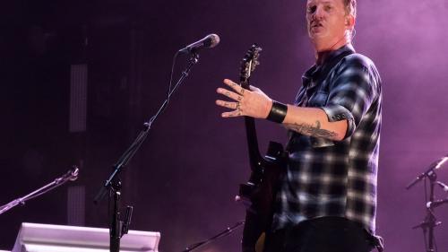 VIDEO - Josh Homme, cofondatorul grupului Eagles of Death Metal, a lovit cu piciorul o jurnalistă