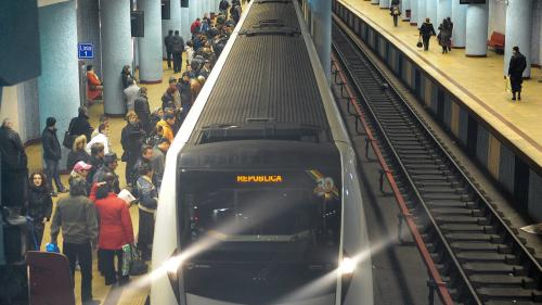 Femeia care ar fi împins o tânără pe linia de metrou a fost reținută