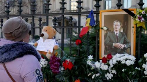 Flori şi scrisori către suveran, la Palatul Regal, în prima zi de doliu naţional