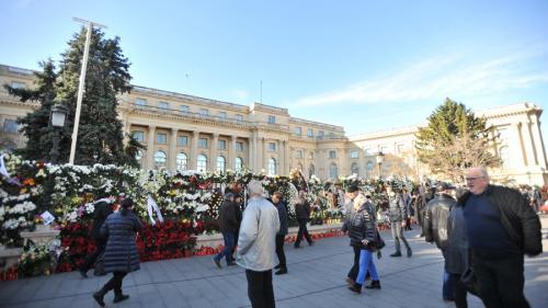 GALERIE FOTO - Românii au transformat gardul Palatului Regal în altar închinat Regelui Mihai I