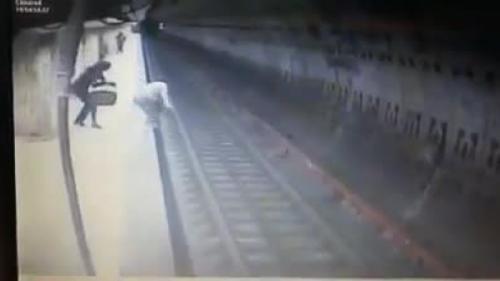 PMB afirmă că nu are pârghii să se implice în montarea de scuturi de siguranţă la metrou; Firea susţine personal iniţiativa
