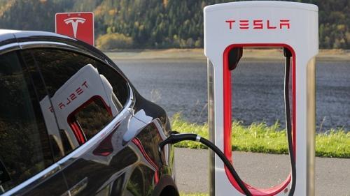 Ungaria vrea să atragă compania Tesla cu reduceri de taxe şi facilităţi