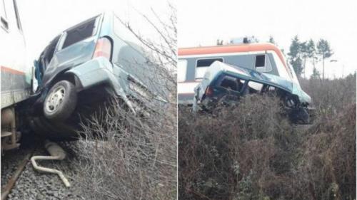O maşină a fost spulberată de un tren, în Maramureş. Şoferul e de negăsit