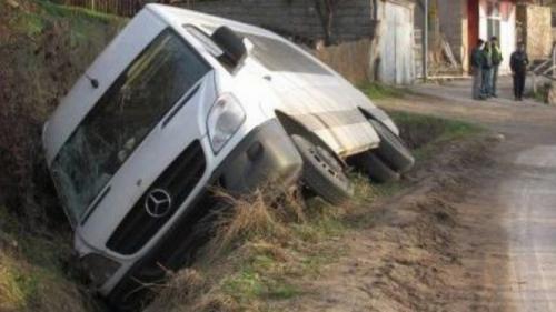 Un microbuz cu şase persoane s-a răsturnat în Suceava. Două victime au fost transportate  de urgență la spital