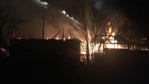 Incendiu de proporții la Brebu. Pompierii s-au luptat mai bine de 5 ore cu flăcările