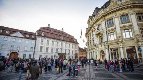 Sibiu: Sute de oameni cu genţi de voiaj, la protestul mut din faţa sediului PSD