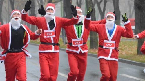 Sute de Moşi Crăciun au participat într-o cursă tradiţională, la Atena