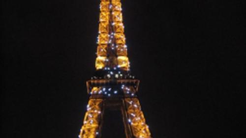 Turnul Eiffel a fost împodobit într-un decor de vis