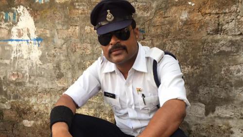 VIDEO - Faceți cunoștință cu polițistul care dirijează circulația în pași de dans