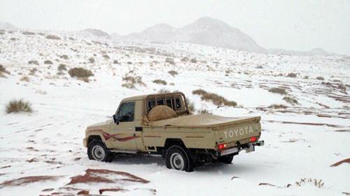 VIDEO - Saudiții între șoc și amuzament după ce deșertul s-a acoperit cu zăpadă