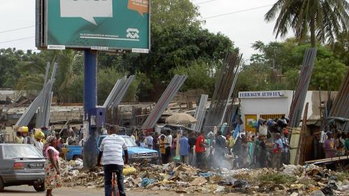 17 persoane au murit după ce un munte de gunoaie s-a prăbuşit peste casele lor