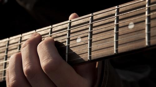 E celebru in lumea muzicii pentru chitarele sale, dar risca falimentul
