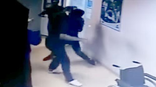 VIDEO - Medic snopit în bătaie pe holul spitalului din Mioveni