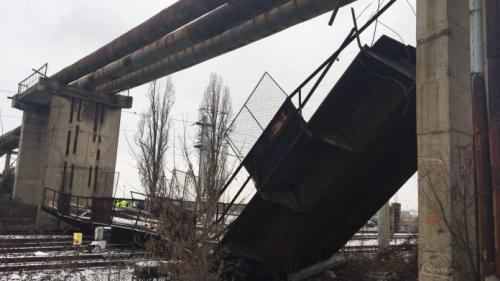 VIDEO - O pasarelă s-a prăbuşit peste liniile de lângă Gara Ploieşti Vest. Traficul feroviar este blocat