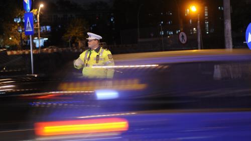 Poliţist acroşat de un autoturism în timp ce verifica documentele unui şofer, în Capitală