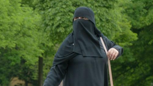 Un profesor universitar ROMÂN amendat pentru că a întrebat o studentă de ce poartă burka