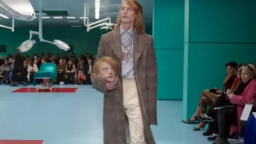 VIDEO - Prezentare de modă bizară a casei Gucci. Capete și șerpi vii, în loc de poșete
