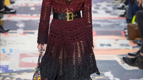 Casa Dior a evocat protestele studenţeşti de la Paris din 1968 în noua sa colecţie vestimentară