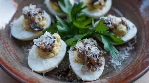 Ouă umplute cu ciuperci - rețetă pentru Zilele Dochiei