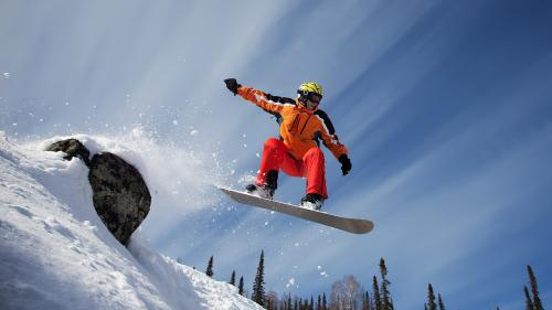 Vine primăvara, dar împătimiţii sporturilor albe pot zbura încă pe pârtii