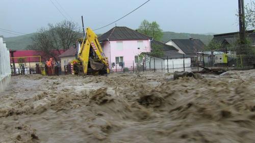 Atenţionări noi de la hidrologi! Cod portocaliu şi galben de inundaţii pentru 13 judeţe