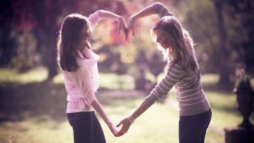 Prietenii fac bine la sănătate. De ce singurătatea te îmbolnăvește?