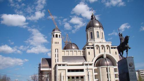 Catedrala Centenarului: cu adăpost antiatomic și uși de 25.000 € bucata