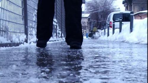 Ploile şi lapoviţa vor favoriza apariţia poleiului în Capitală
