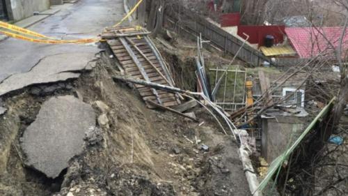 Dezastru în urma precipitaţiilor în Buzău! Peste 1.500 de oameni sunt izolaţi în urma unei alunecări de teren