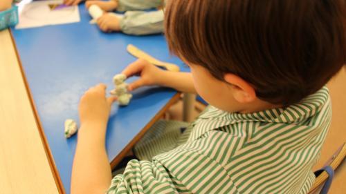 Explicaţiile psihologului:Plastelina, jucăria care îi dezvoltă creierul copilului