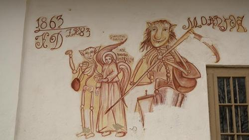 Locuri neobișnuite: Biserica cu Moartea râzând (Video)