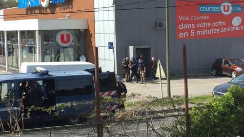 UPDATE - ATAC TERORIST în sudul Franței. Mai multe persoane sunt ținute ostatice. Atacatorul, ucis de polițiști