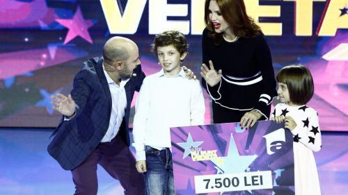 """Cristina Spătar și copiii ei, Aida și Albert, au donat cei 7.500 de lei  câștigați la """"Aici eu sunt vedeta"""" unui băiețel nevăzător"""