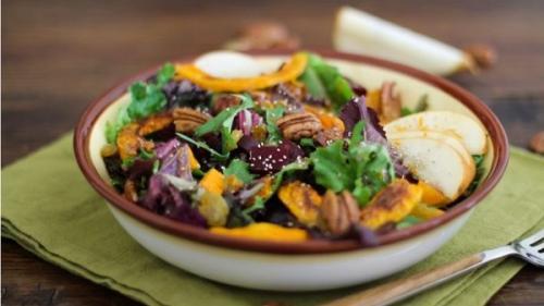 Salată de legume și verdețuri (rețetă de aprilie)
