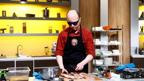 """Doi nevăzători pasionați de gătit, în sezonul de poveste """"Chefi la cuțite"""""""