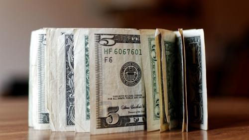 Românii din străinătate au trimis acasă 4,9 miliarde de dolari