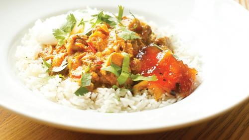 Reţeta zilei:Curry picant de pui cu orez basmati si chutney de mango