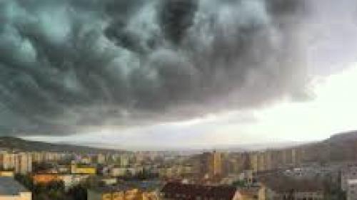 Cod portocaliu de furtună pentru judeţele Mehedinţi, Vâlcea şi Gorj, până la ora 17:10.