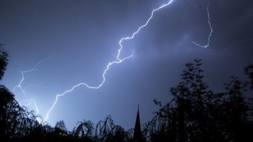 Marea Britanie, lovită de fulgere de 15.000 - 20.000 de ori, în noaptea de sâmbătă spre duminică